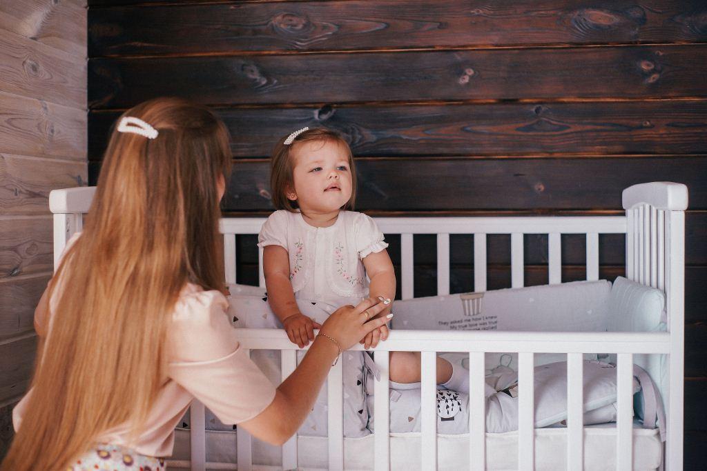 Ліжко дитяче Bimbi з опускною боковиною та шухлядою, біле